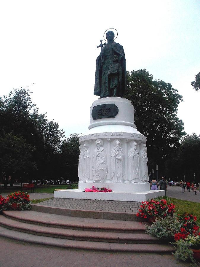 Памятник Великой равноапостольной княгине Ольге фотографии