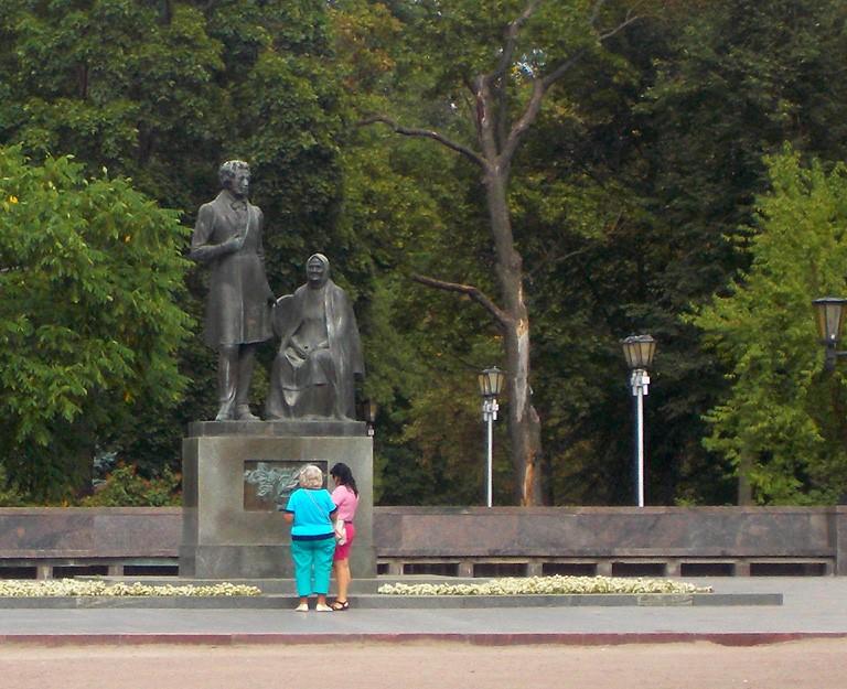 Памятник и музей, посвященные роману