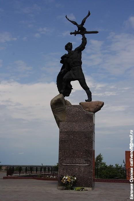 Памятник Владимиру Храброму-Донскому фотографии