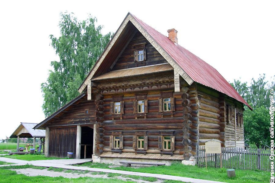 Двухэтажный дом зажиточного крестьянина в Суздале фотографии