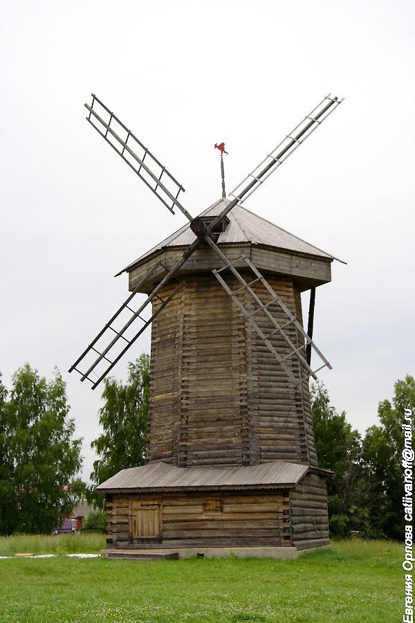 Ветряные шатровые мельницы в Суздале фотографии